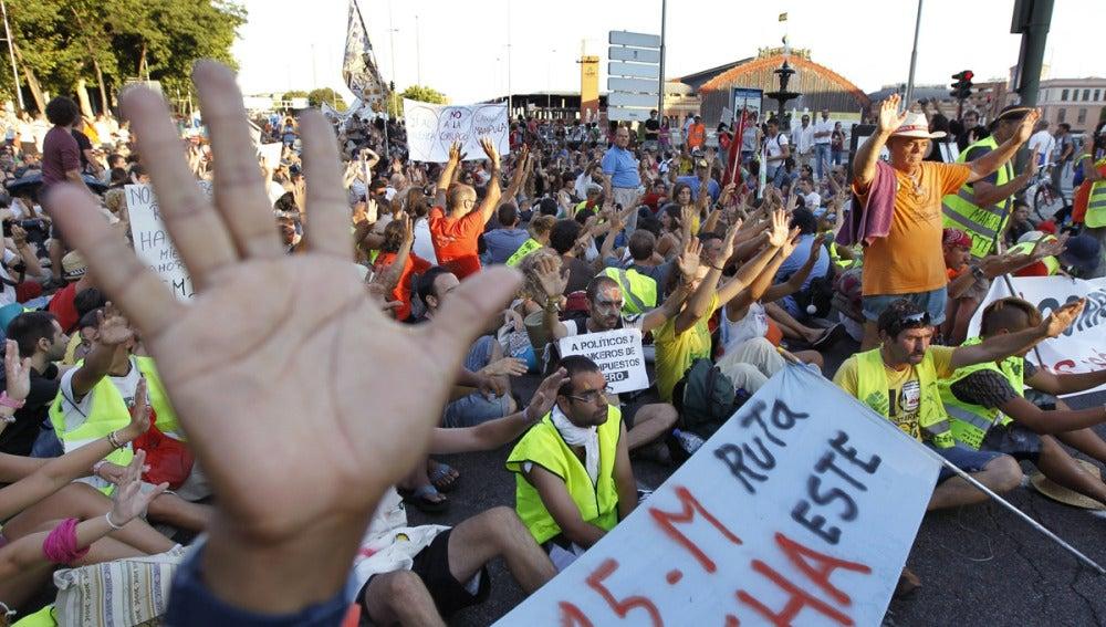 Los 'indignados' del 15-M protestan cerca de la estación de Atocha