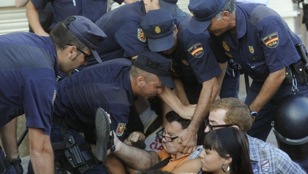 Desalojo de varios indignados de las inmediaciones de la Puerta del Sol