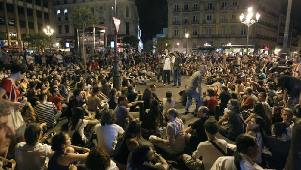 """""""Indignados"""" se reúnen en la plaza Jacinto Benavente"""