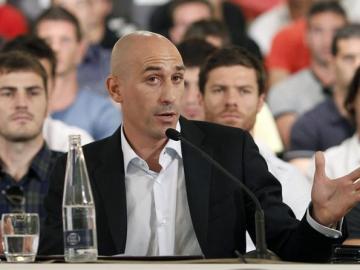 El presidente de la AFE, Luis Rubiales, con jugadores como Iker Casillas o Xabi Alonso