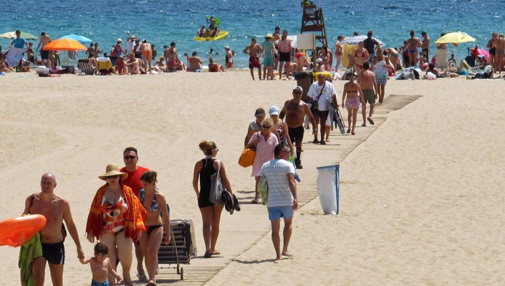 Veraneantes en una playa española