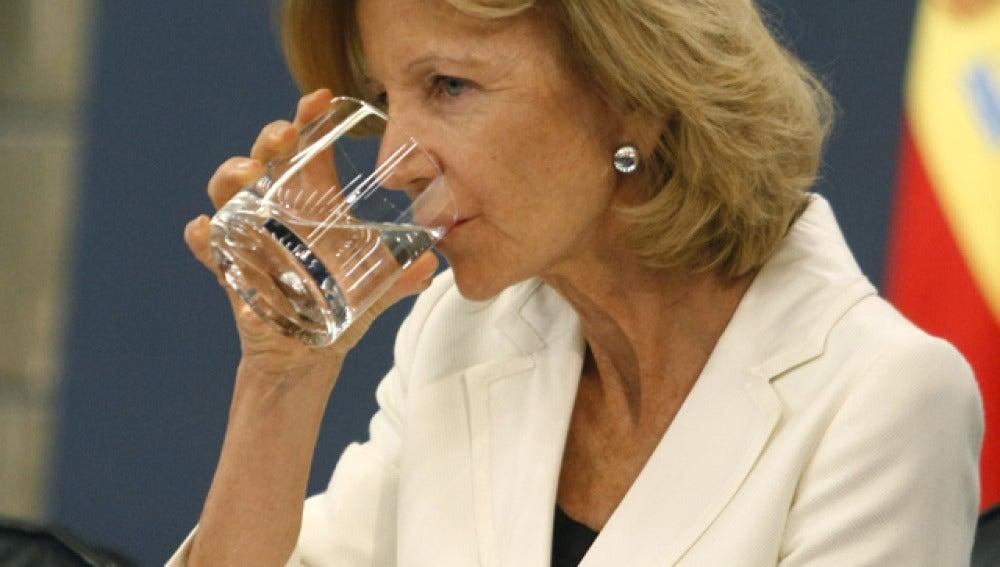 Elena Salgado se aclara la garganta con un sorbo de agua