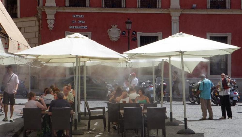 Turistas se refrescan en una terraza