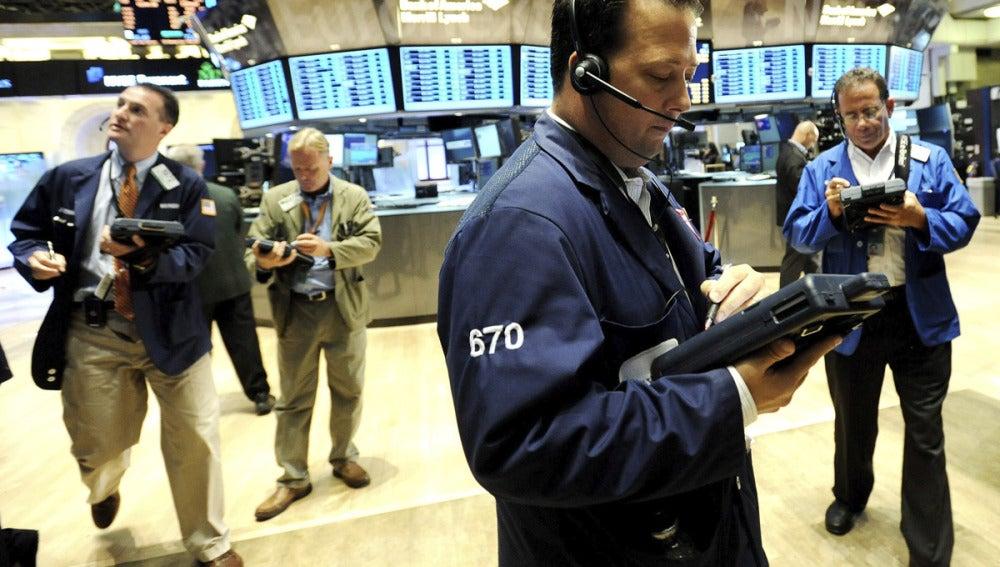 Agentes de bolsa trabajan este viernes en la Bolsa de Nueva York