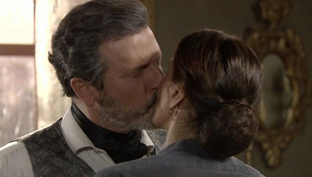 Germán y Carmen se besan apasionadamente