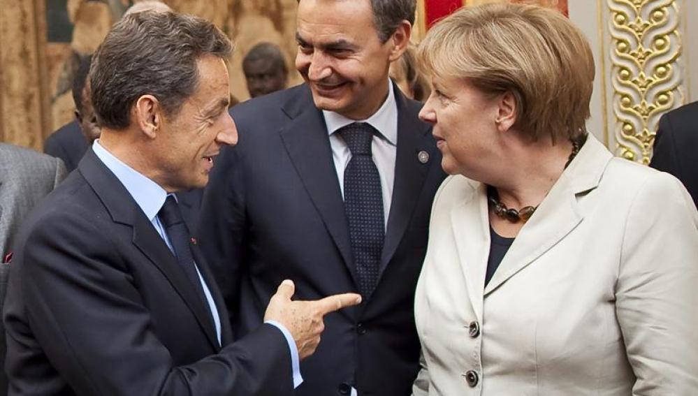 Sarkozy conversa con Merkel y Zapatero