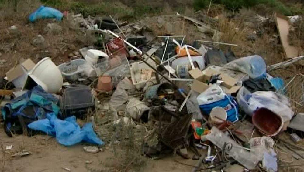 Escombros, electrodomésticos y neumáticos en medio de entornos naturales