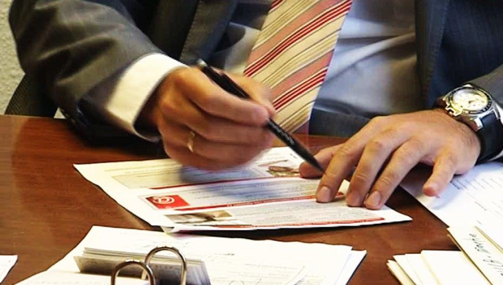 Los notarios, acusados de apropiación indebida de fondos.