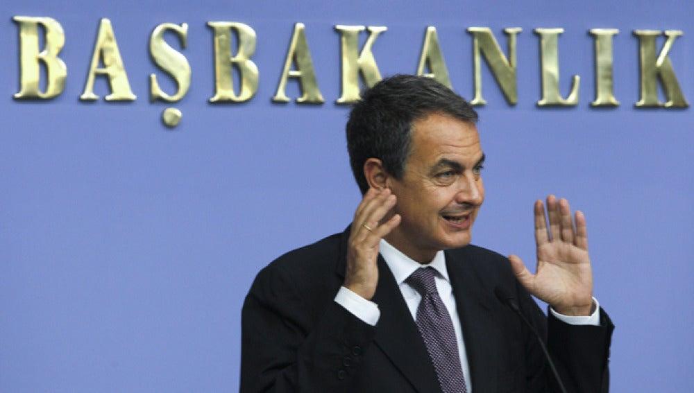 Zapatero asegura que España se financiará por sí misma y soportará la tensión