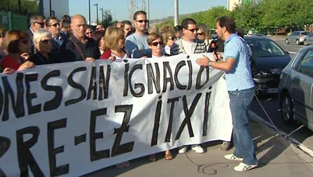 Empleados manifestándose delante de la fábrica