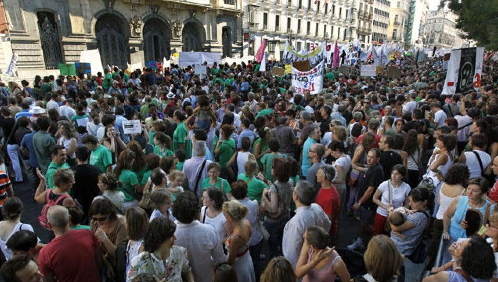 Miles de profesores protestan frente a la Consejería de Educación
