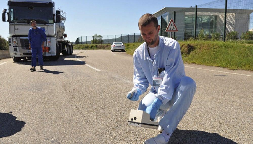 Un miembro de un equipo especializado mide los niveles de radiación en el exterior de la instalación nuclear de Marcoule.