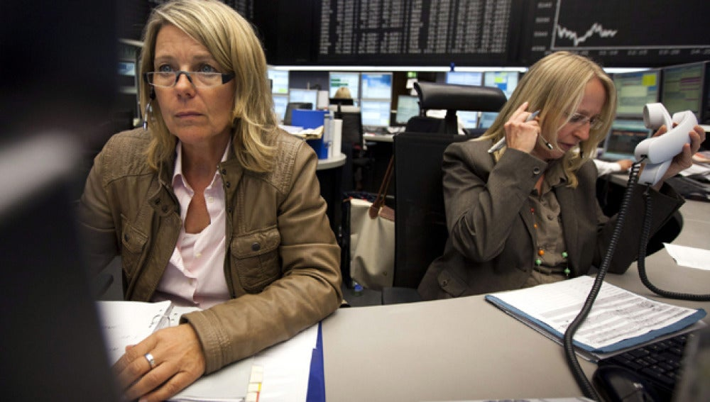 Dos corredoras bursátiles en la Bolsa de Fráncfort