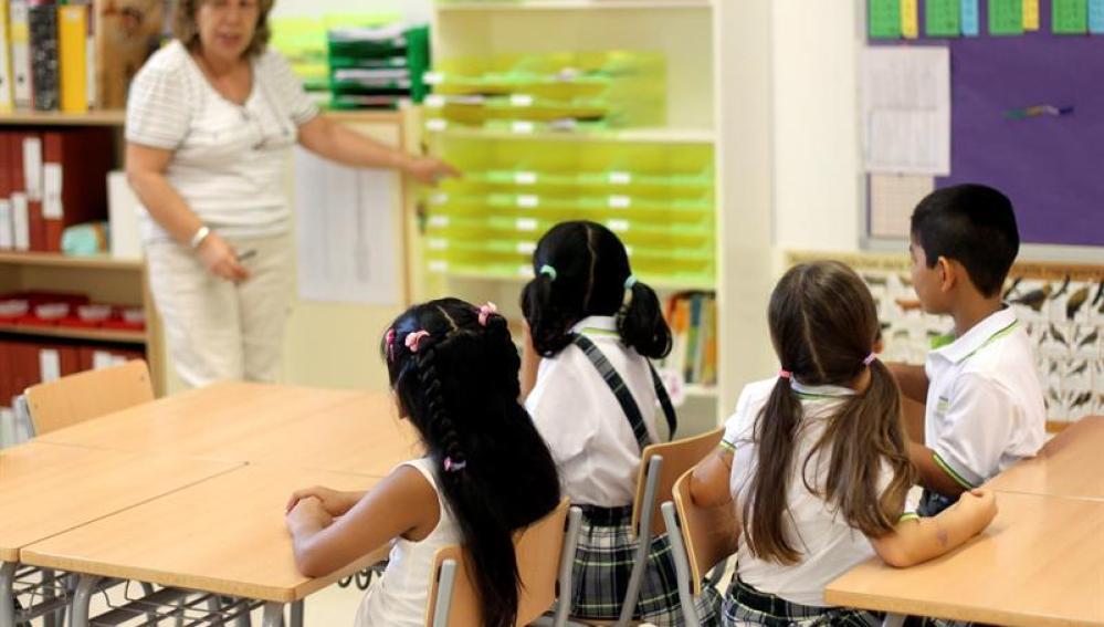 Una maestra con sus alumnos en un colegio de Barcelona