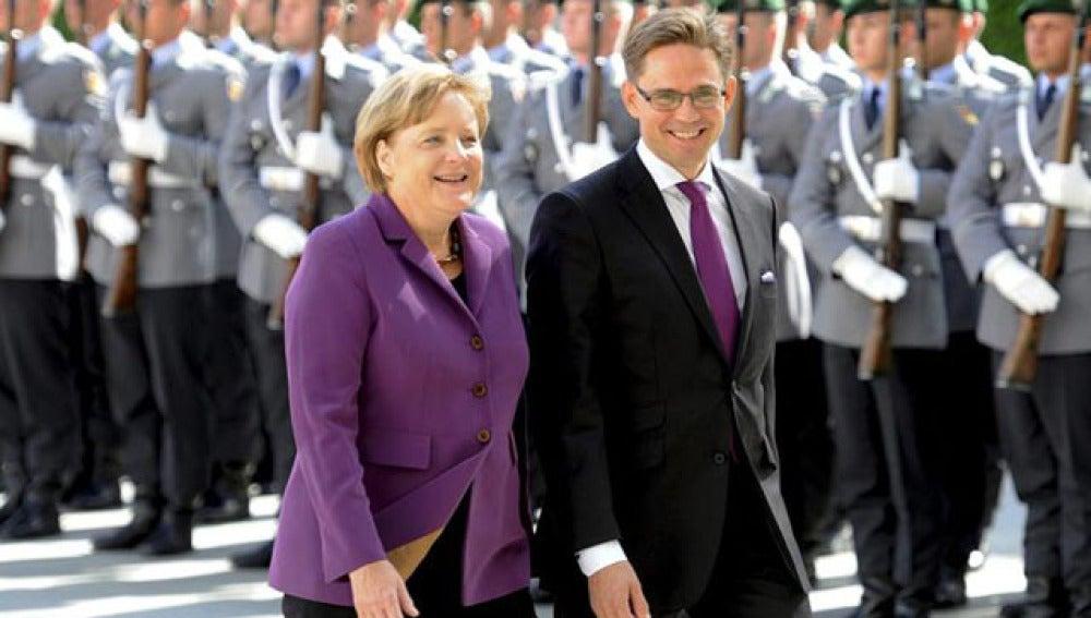 La canciller alemana Angela Merkel junto al primer ministro finlandés, Jyrki Katainen