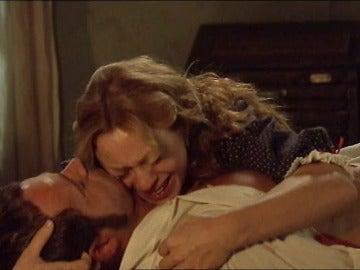Destrozada, Sara abraza el cuerpo de Miguel