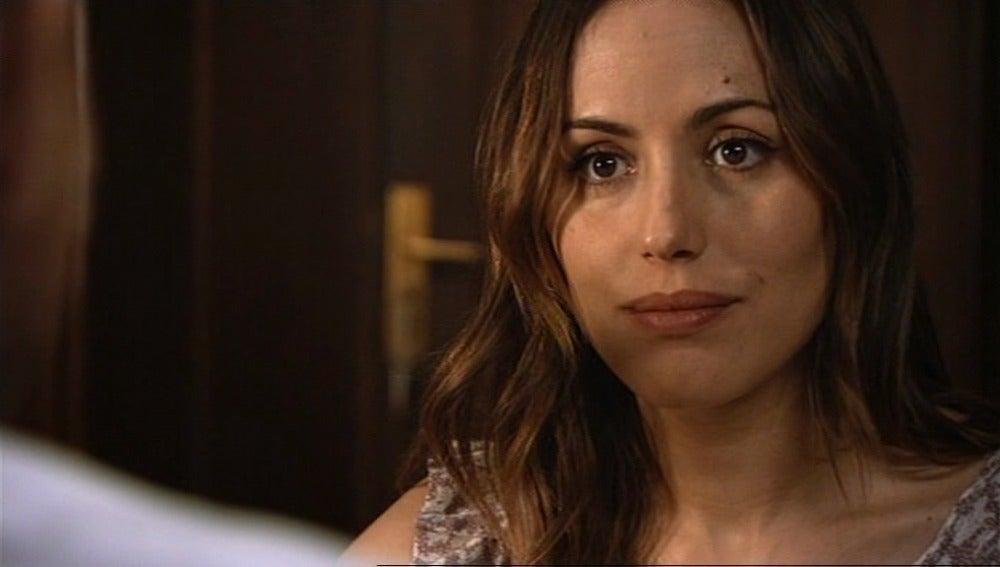Julia mira al capitán con otros ojos