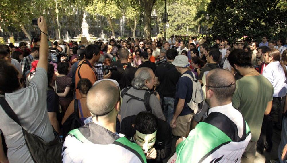 Cientos de indignados se manifiestan frente a la Bolsa de Madrid apoyando la 'Occupy Wall Street'