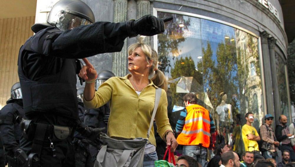 Desalojados los cincuenta 'indignados' que bloqueaban la Bolsa de Barcelona