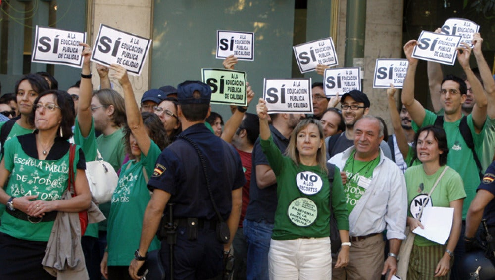 Decenas de profesores protestan por los recortes