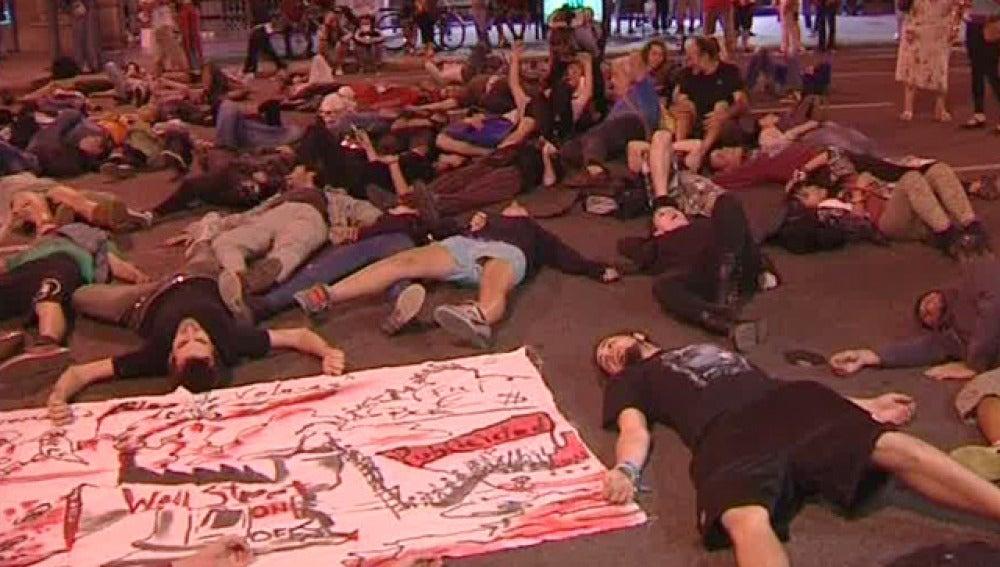Los 'indignados' vuelven a protestar frente la Bolsa de Barcelona