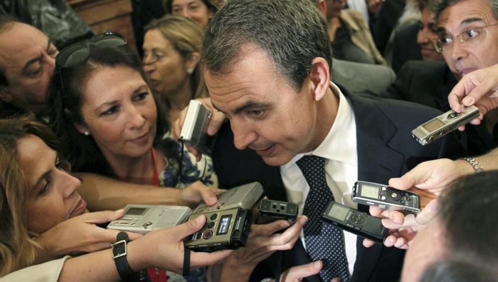 Zapatero atiende a los medios tras el pleno del Congreso que celebró la última sesión de la legislatura