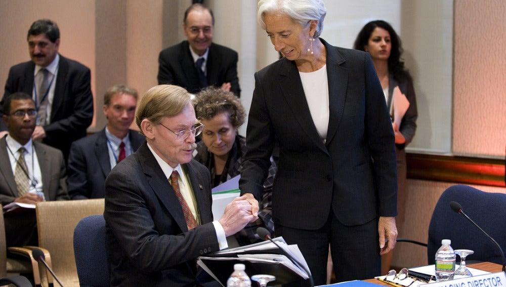 Christine Lagarde estrecha la mano del presidente del Banco Mundial