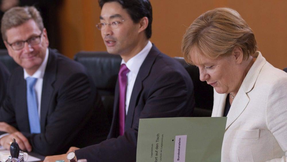 Angela Merkel junto al ministro de Finanzas alemán