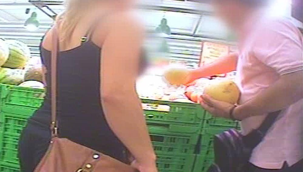 Clientes que tocan la fruta sin guantes