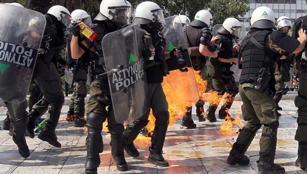 Manifestantes y policías se enfrentan en las calles de Atenas