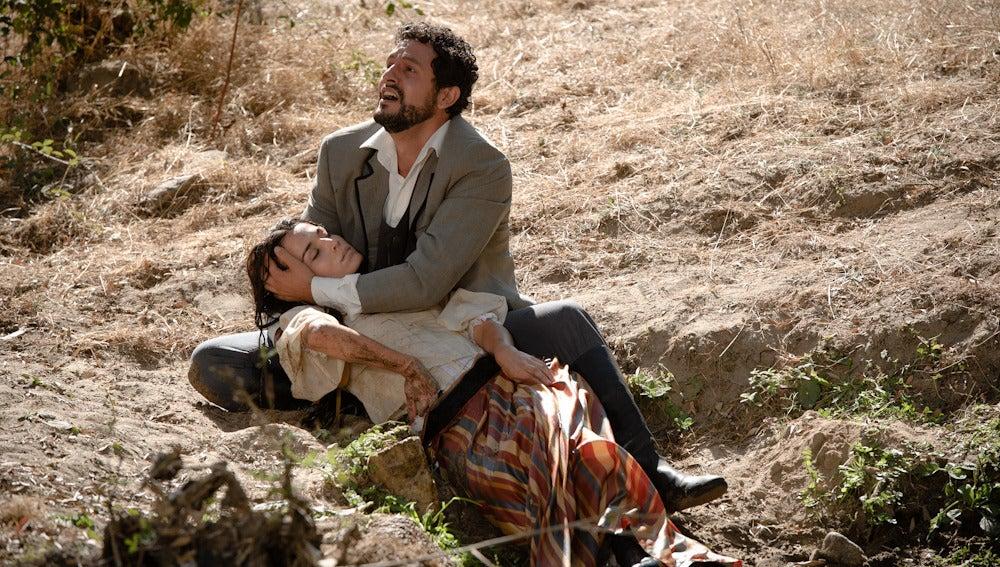 Roberto pide auxilio mientras sujeta el cuerpo sin vida de Eugenia