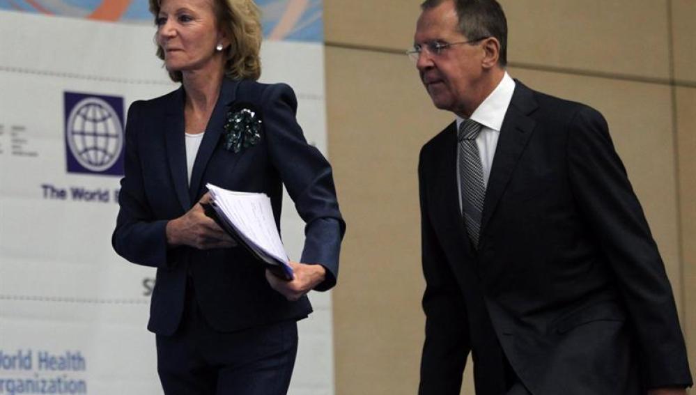 La vicepresidenta y ministra de Economía y Hacienda de España, Elena Salgado (i) y el ministro ruso de Exteriores, Sergei Lavrov