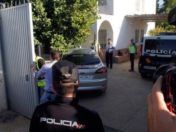 Agentes de la Policía Nacional, en la vivienda del padre de los pequeños