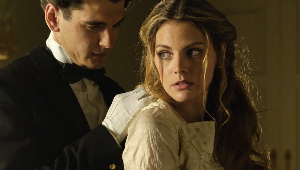 Julio ayuda a Alicia a abrocharse el vestido