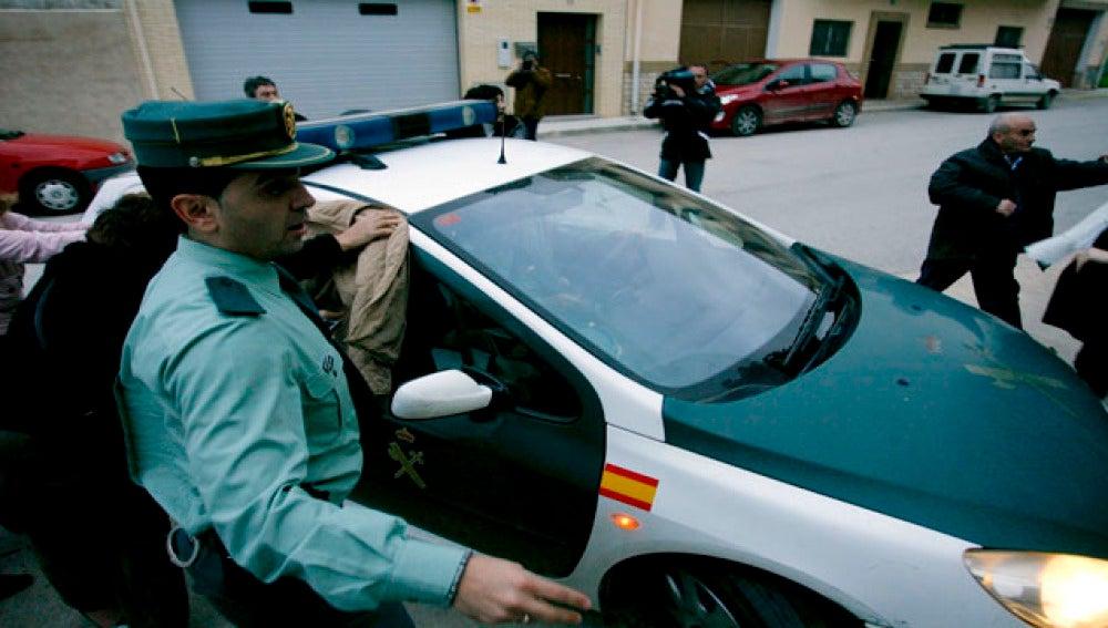 Imagen de archivo de un coche de la Guardia Civil tras una detención.