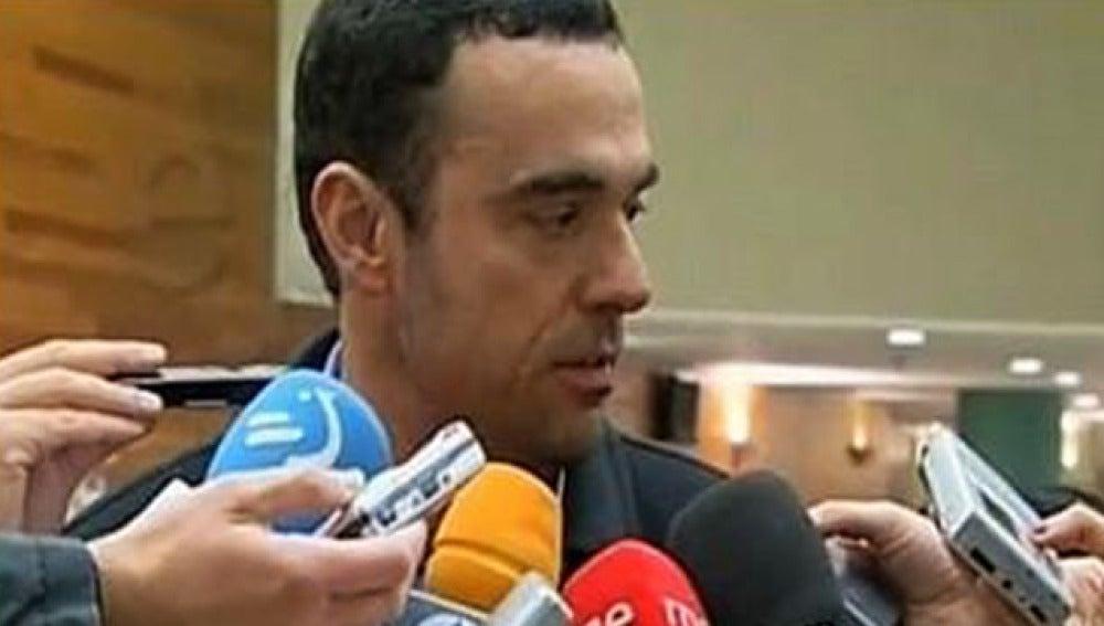 Rubén Múgica, hijo del socialista Fernando Múgica asesinado por ETA, atiende a los medios de comunicación.