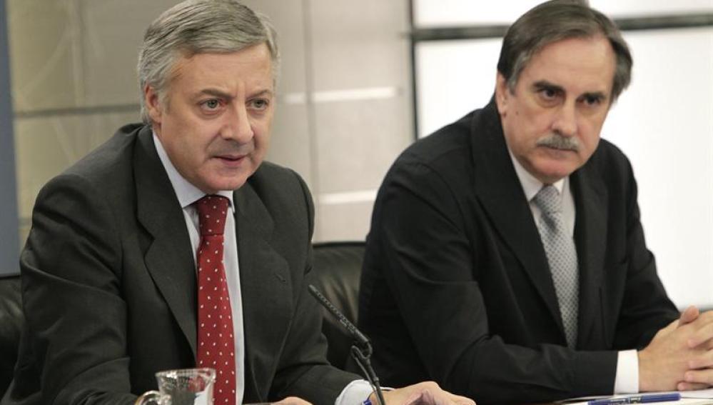 Valeriano Gómez y José Blanco tras el consejo de ministros