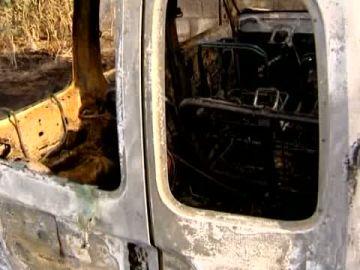 Animales muertos y dos coches calcinados en un incendio en Arucas