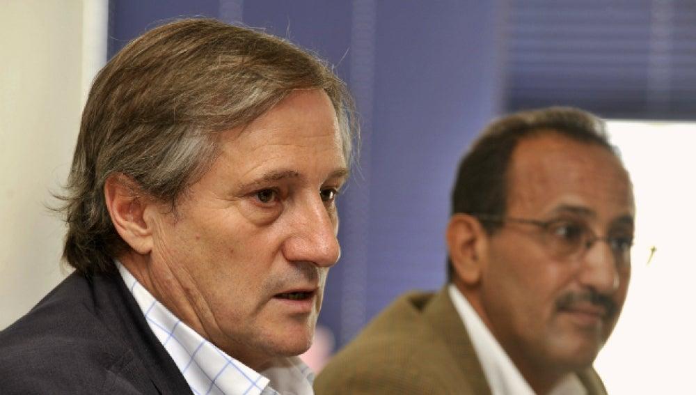 Willy Meyer (izda), junto al delegado del Frente Polisario en Canarias, Mohamen Salem