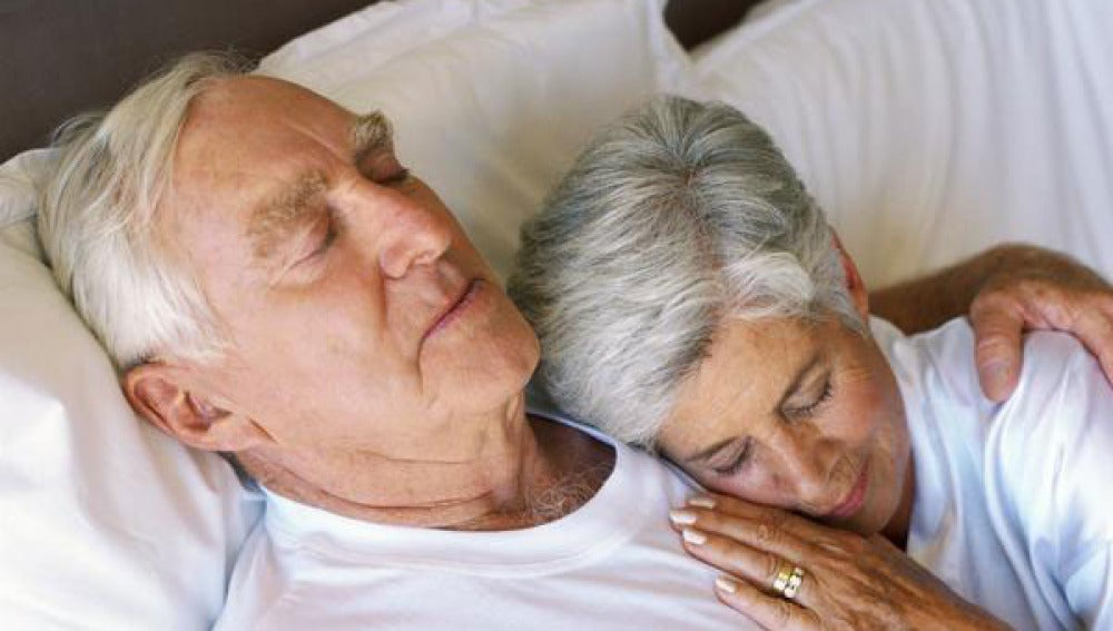 Una pareja madura descansa tumbada