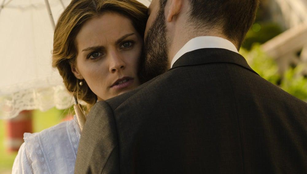 Diego besa a Alicia que fija la atención en otro sitio