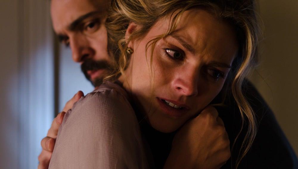 Alicia llora en brazos de Diego