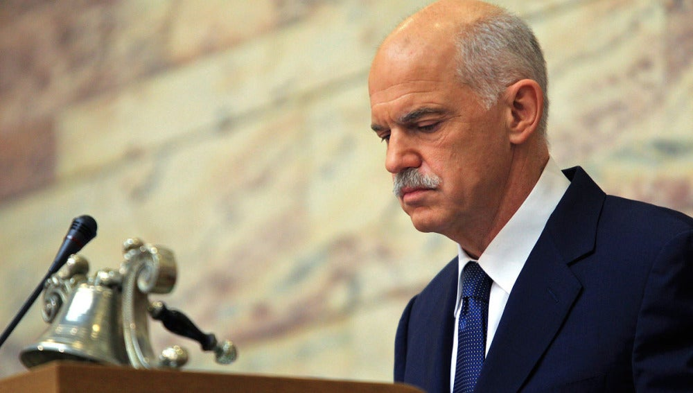 George Papandréu se dirige a los miembros del PASOK durante un acto en el parlamento en Atenas
