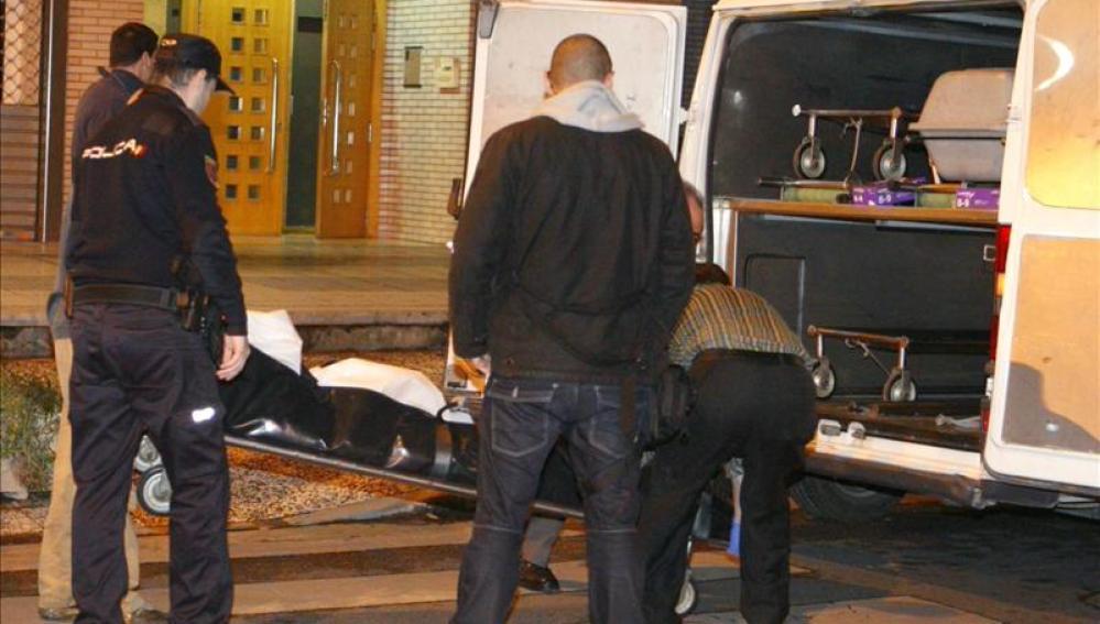 Miembros de la Hermandad de la Sangre de Cristo trasladan el cadáver de la mujer de 29 años