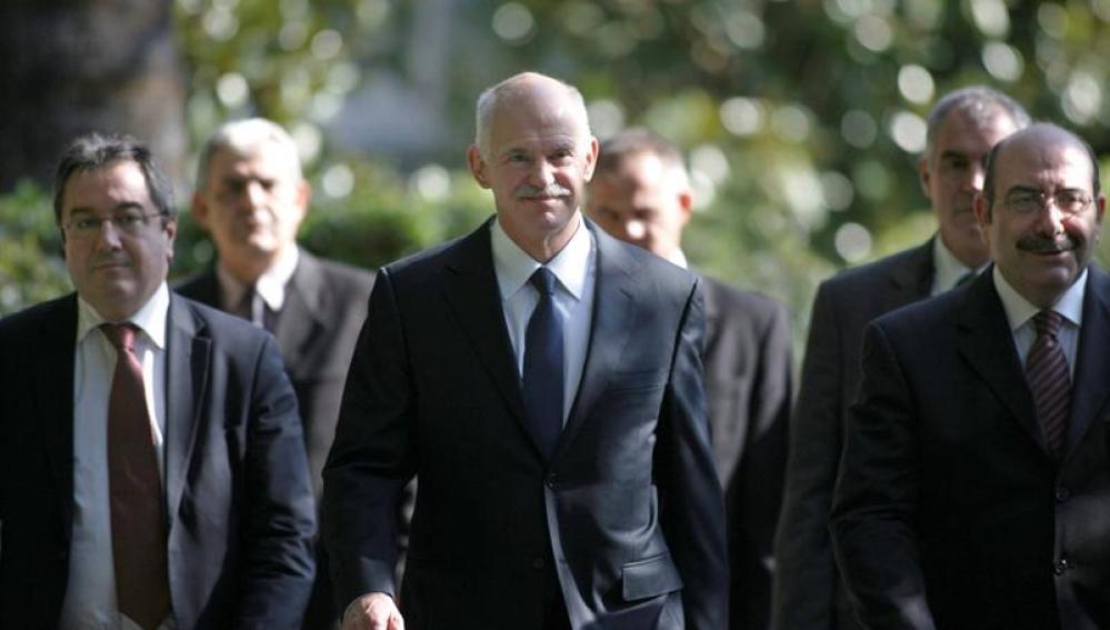 Papandreu se dirige a hablar con el presidente griego