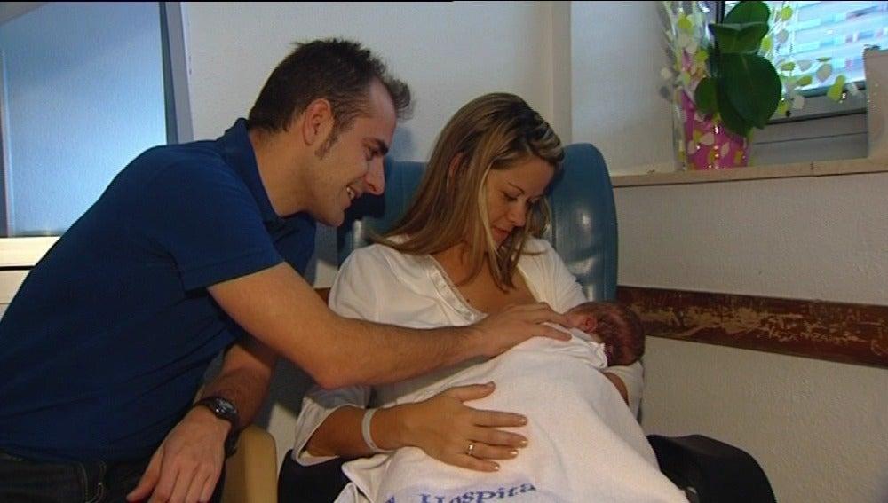 Una mujer da de comer a su recién nacido