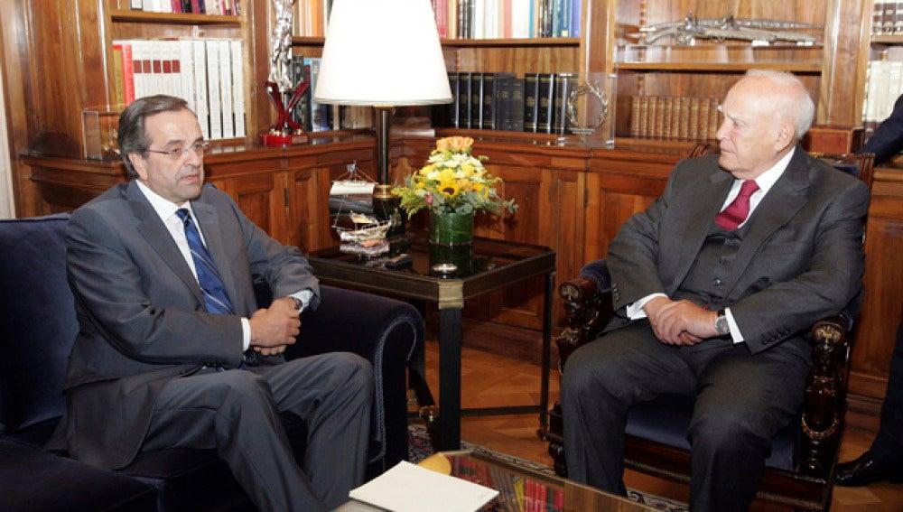 El presidente griego, Karolos Papoulias, conversa con el líder de la oposición, Antonis Samarás