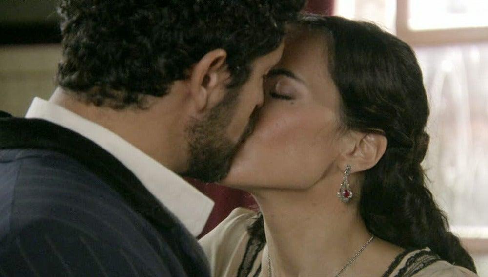 Teresa besa a Roberto