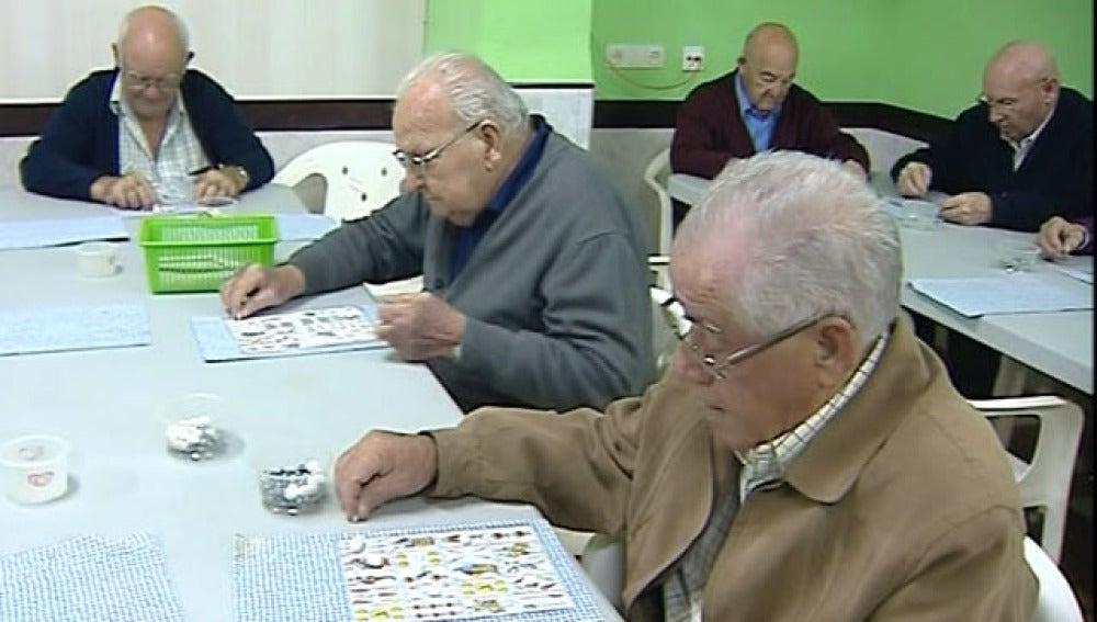 Jubilados jugando a las cartas