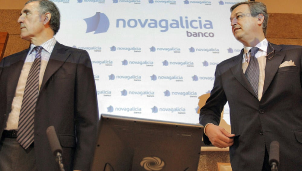 El presidente de Novagalicia Banco José María Castellano (i), y el consejero delegado, César González-Bueno